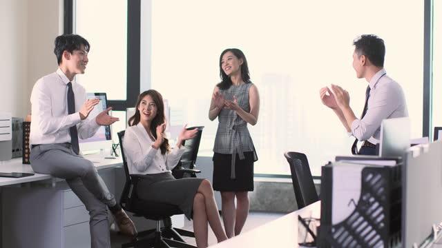 business people clapping in office,4k - hemd und krawatte stock-videos und b-roll-filmmaterial