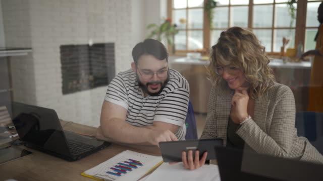geschäftsleute co-working im büro - tablet benutzen stock-videos und b-roll-filmmaterial