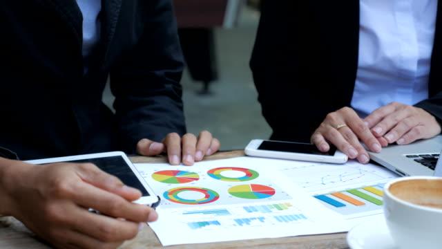 Geschäftsleute Entwicklung eines business-Projekt und analysieren market Daten Daten