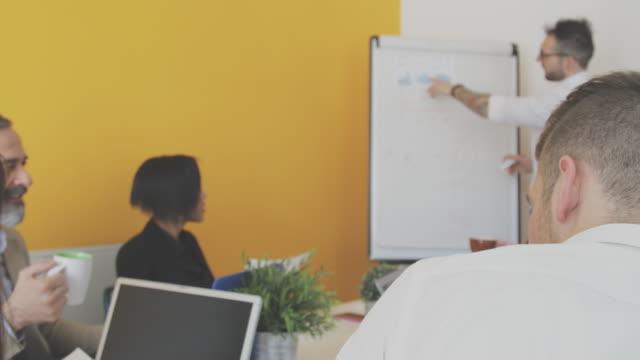 business-leute diskutieren über unternehmen im tagungsraum - gemischte altersgruppe stock-videos und b-roll-filmmaterial