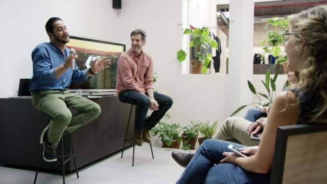 stockvideo's en b-roll-footage met mensen uit het bedrijfsleven bespreken op netwerk evenement - cursus