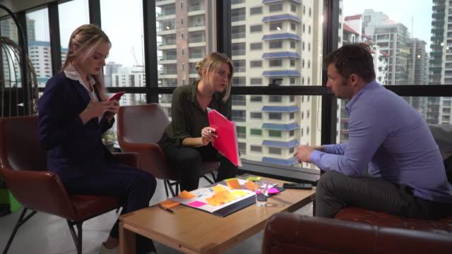 vídeos de stock, filmes e b-roll de executivos que discutem no escritório - papel