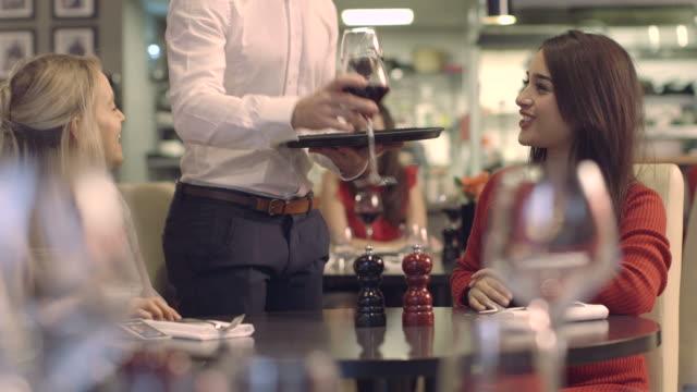 stockvideo's en b-roll-footage met ms pan business people discussing in restaurant - overhemd en stropdas