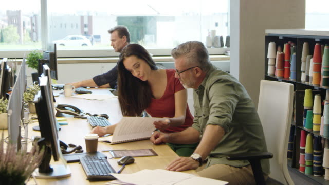 business-leute diskutieren über buchen im büro - designer einrichtung stock-videos und b-roll-filmmaterial