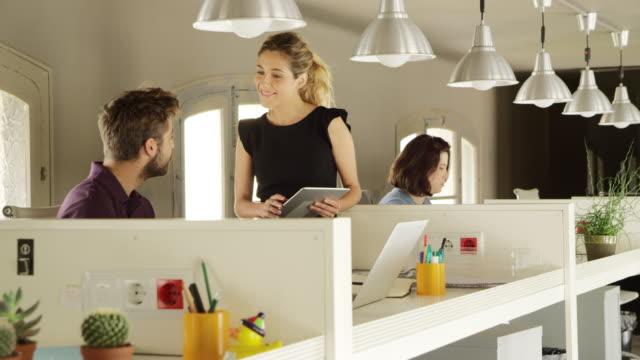 ビジネスの人々のデジタルタブレットについては、 - 法人ビジネス点の映像素材/bロール
