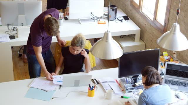 vídeos y material grabado en eventos de stock de gente de negocios discutiendo sobre los documentos en el mostrador - organizador electrónico