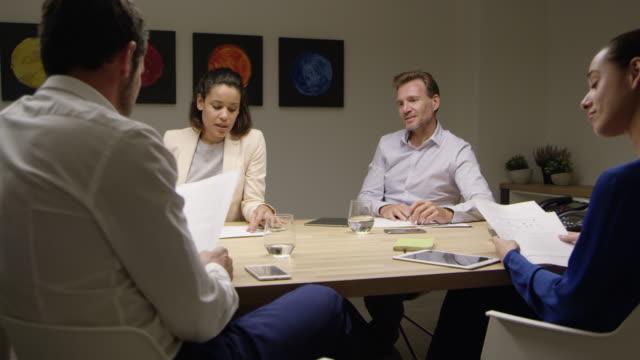 vídeos y material grabado en eventos de stock de gente de negocios discutiendo sobre los documentos - cuatro personas