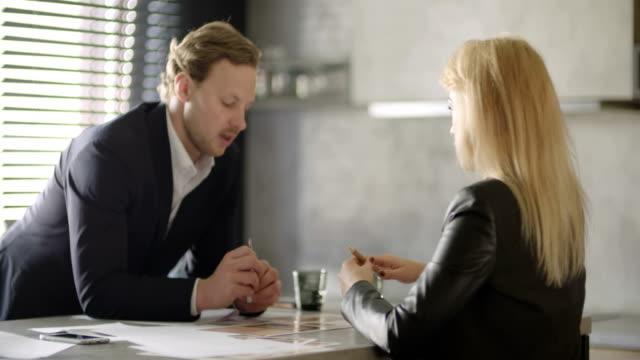 Business-Leute-Diskussion im Büro