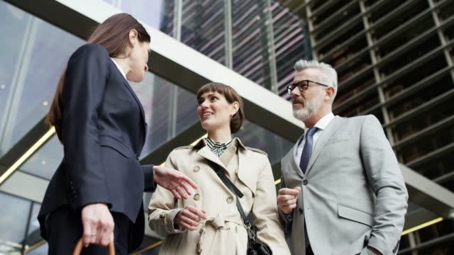 vídeos y material grabado en eventos de stock de discusión de la gente de negocios fuera de edificio de oficinas - vestimenta de negocios formal