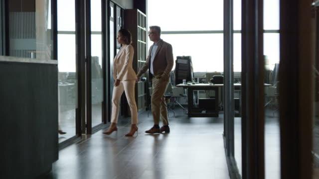 vídeos de stock e filmes b-roll de business people entering in board room at office - entrar