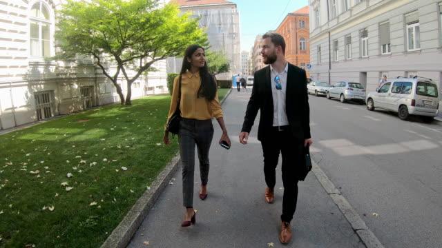 vídeos y material grabado en eventos de stock de los empresarios se van a casa después del trabajo - liubliana
