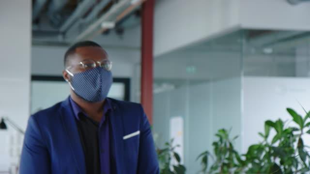 vídeos de stock e filmes b-roll de business people going through mandatory temperature checks in office - pessoas em fila