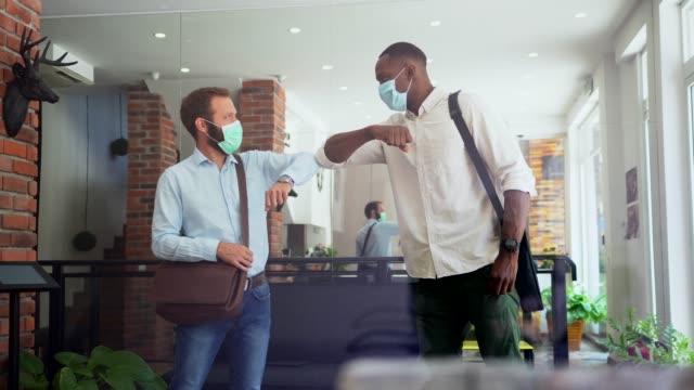 stockvideo's en b-roll-footage met de mensen groet van zaken tijdens covid-19 pandemie, elleboogbult - alternatieve levensstijl