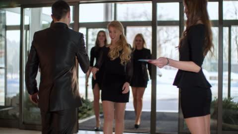 vidéos et rushes de gens d'affaires de souhaits dans le couloir de bureau - événement