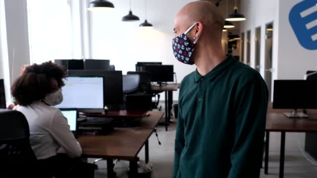 vidéos et rushes de les gens d'affaires saluant avec la bosse de coude dans le bureau - col blanc