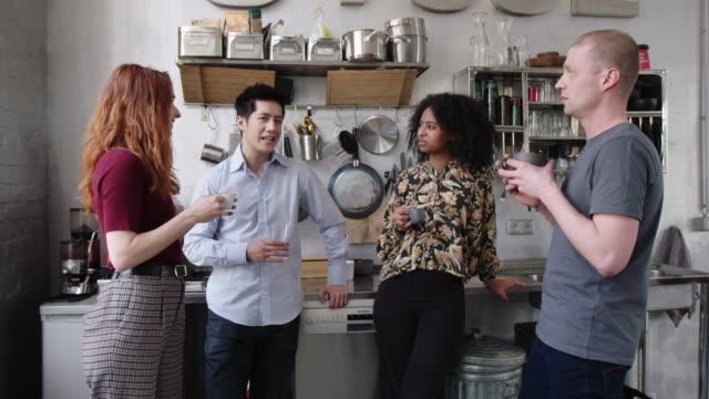 vídeos y material grabado en eventos de stock de empresarios tomando un descanso para tomar un café - colega