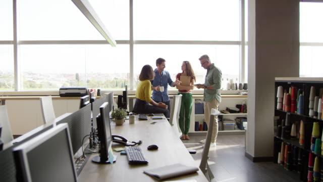 vídeos de stock e filmes b-roll de business people having discussion in office - nova empresa