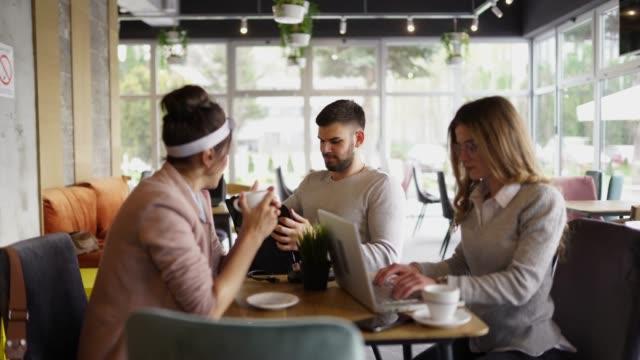 vidéos et rushes de gens d'affaires ayant la réunion dans la cafétéria - faire une pause