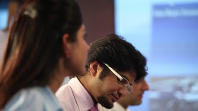 business people in a presentation  - abbigliamento da lavoro formale video stock e b–roll