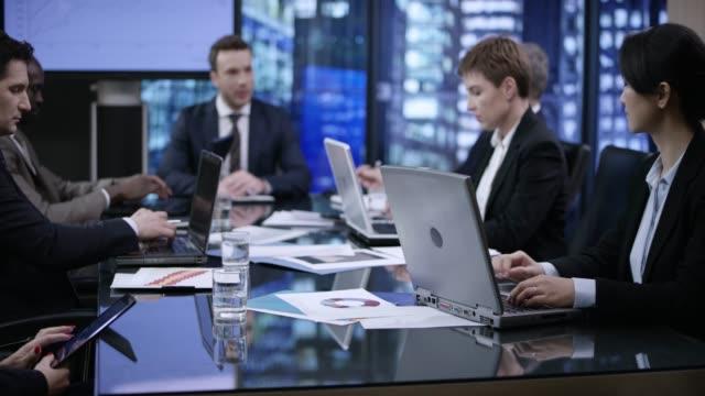 vidéos et rushes de gens d'affaires dans une soirée-rencontre dans une salle de conférence de verre - tenue d'affaires formelle