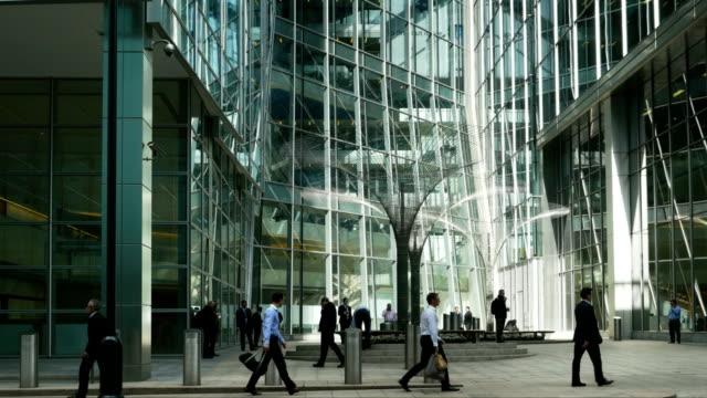 Gens d'affaires à London Canary Wharf (4 k UHD à haute définition /)