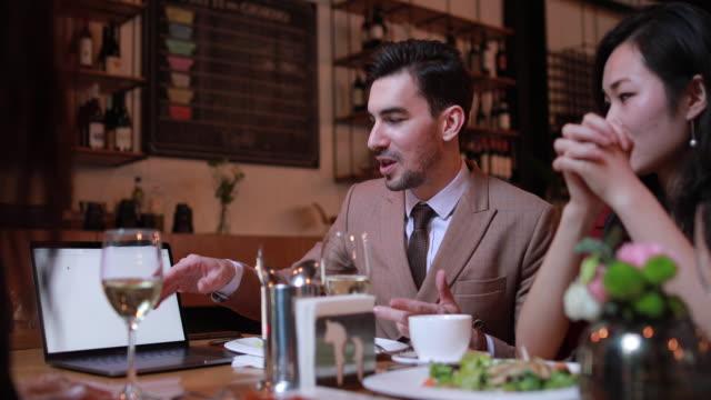 vídeos de stock, filmes e b-roll de pessoas de negócios em restaurante - neckwear
