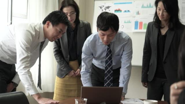ビジネスの人々のチームミーティング - コンピュータ機器点の映像素材/bロール