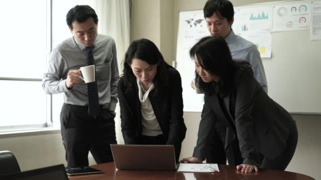 ビジネスの人々のチームミーティング - 討論点の映像素材/bロール