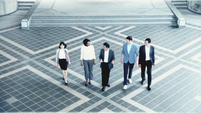 ハ事務所ビルを残してビジネス人々 - 仕事上の関係点の映像素材/bロール