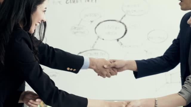 会議ビジネス人々 やハンド シェーク - 握手点の映像素材/bロール