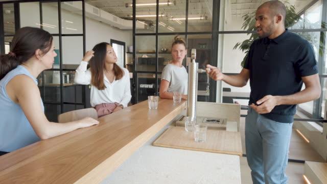 バーでの仕事の後の飲み物のためのビジネスの人々の会合 - ワインバー点の映像素材/bロール
