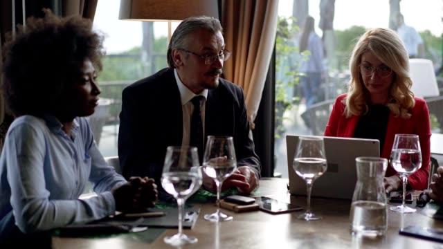 vídeos y material grabado en eventos de stock de personas de negocios que se reúnen en un restaurante - congreso de negocios