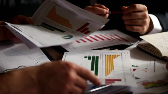 vidéos et rushes de séance de planification stratégie analyse concept portable rencontre grâce à la technologie des gens d'affaires - banque