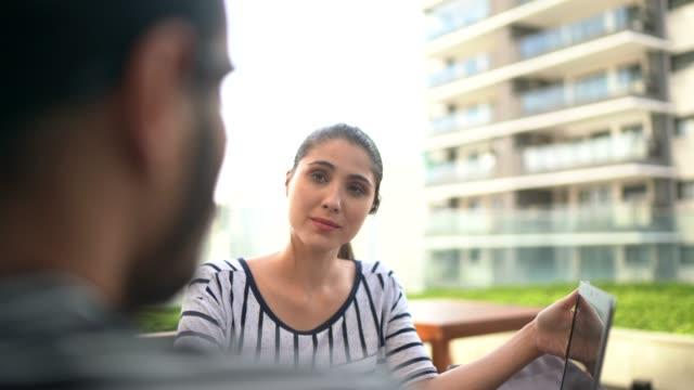 vidéos et rushes de gens d'affaires sur une réunion ou une entrevue au toit de bâtiment - ressources humaines