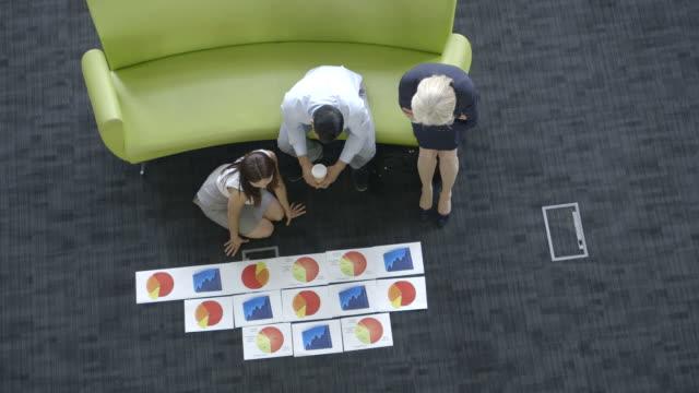 vídeos de stock e filmes b-roll de business people on sofa in meeting - vestuário de trabalho formal