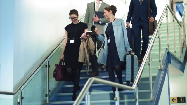 vídeos de stock, filmes e b-roll de business people on stairs - mala de rodinhas