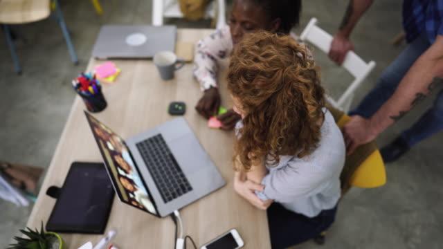 stockvideo's en b-roll-footage met zakenmensen op video conferentie - deelnemer
