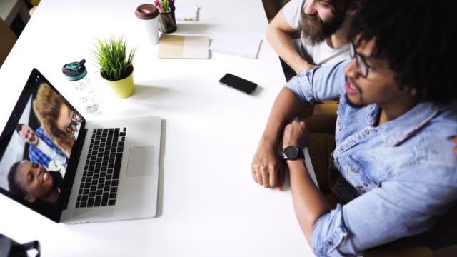 vidéos et rushes de gens d'affaires sur la vidéoconférence - webinaire