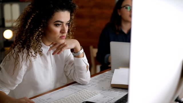 vídeos de stock, filmes e b-roll de revisar projectos pessoas de negócios na mesa - trabalho de freelancer