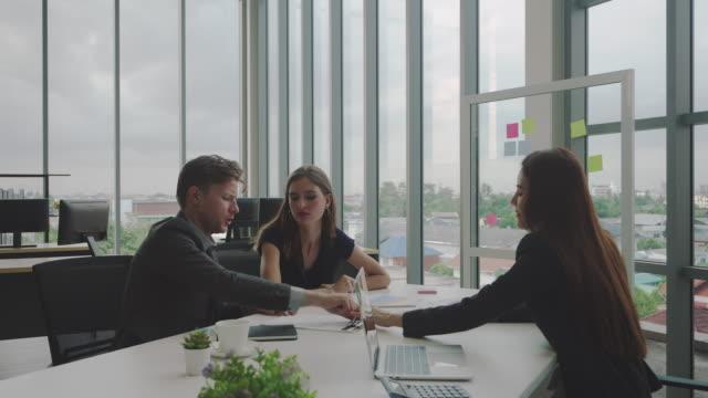 geschäftsleute unterzeichnen einen vertrag in einem büro. - anwalt stock-videos und b-roll-filmmaterial