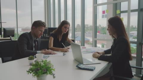 geschäftsleute unterzeichnen einen vertrag in einem büro. - law stock-videos und b-roll-filmmaterial