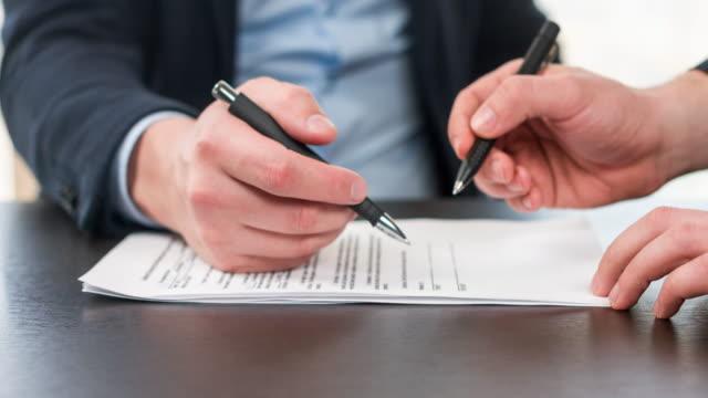 Geschäftsleute, die Unterzeichnung des Kaufvertrags.