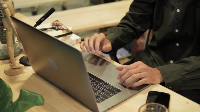 stockvideo's en b-roll-footage met de bedrijfsmensen zitten en werken thuis in het bureau - multitasken