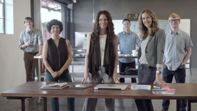 vídeos de stock, filmes e b-roll de business people smiling in office - vanguardista