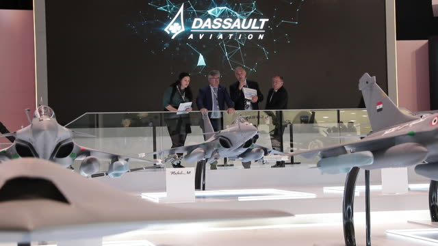 vidéos et rushes de business people talking about fighter plane models at paris airshow , paris, île-de-france, france, on tuesday, june 18, 2019. - industrie aérospatiale