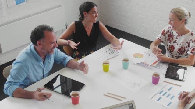 vídeos de stock, filmes e b-roll de business people talking at meeting in office - vanguardista