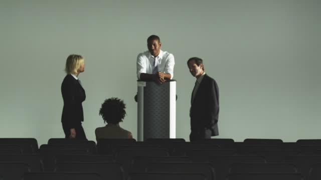 vidéos et rushes de ws business people talking by lectern in auditorium, squamish, british columbia, canada - pupitre