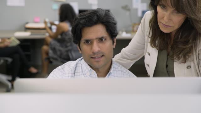 vídeos de stock e filmes b-roll de business people talking in office near computer - fazer um favor