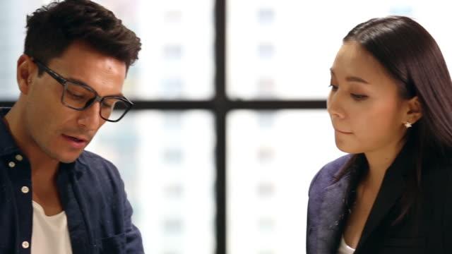 vídeos de stock, filmes e b-roll de executivos que falam no escritório - perguntando