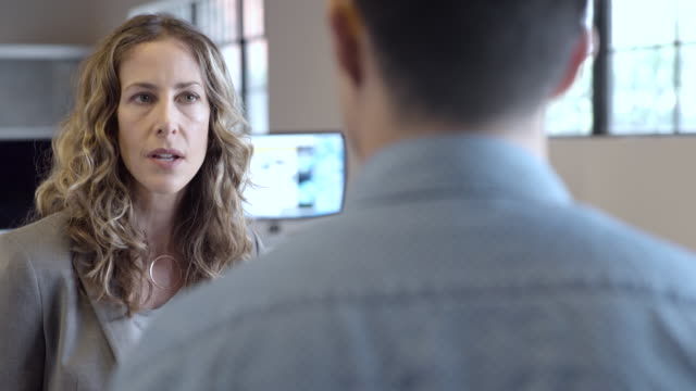 vídeos de stock, filmes e b-roll de business people talking in office - vanguardista